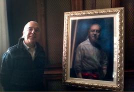 Maurizio Messina accanto al suo ritratto