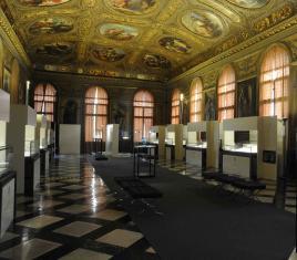 Il Salone della Libreria Sansoviniana che ospita la mostra di Buccellati